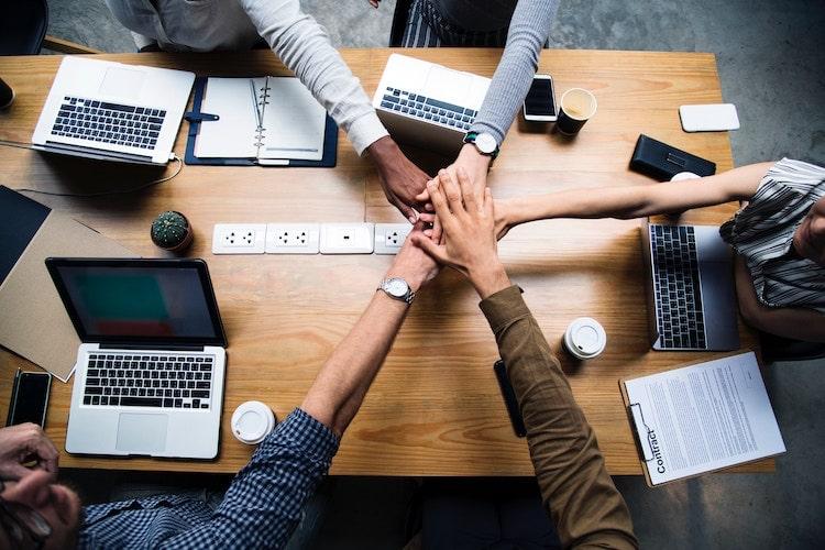 Digitale Mitarbeiter die auf der ganzen Welt verteilt sind, unterstützen das Team von blaredigitalbusiness.com